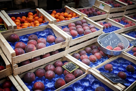 canastas con frutas: Canastos de frutas en el mercado local Foto de archivo