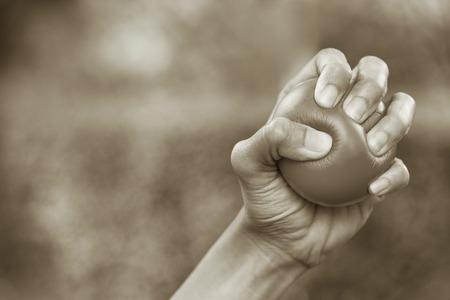Main serrant une boule de stress