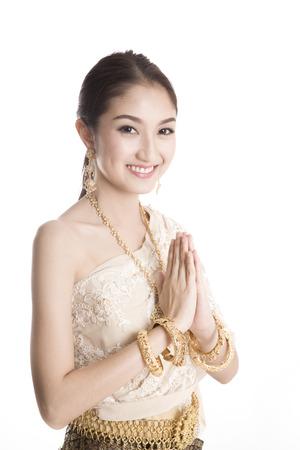 태국 여성들은 스튜디오에서 전통적인 태국 옷을 입고 오신 것을 환영합니다.