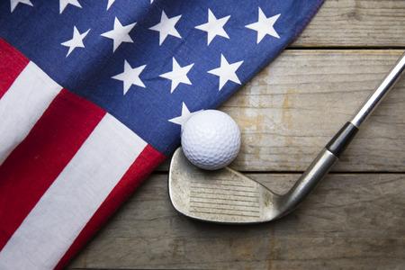 木製テーブルの上の米国の旗とゴルフボール