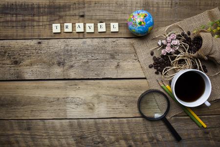旅行: 旅行計画の木製の背景に