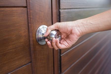 tecla enter: mango asimiento de la mano de la puerta de madera