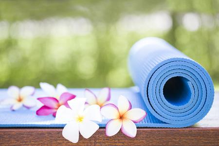 blue yoga Mat and a beautiful flowers Stockfoto