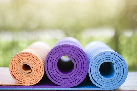 de nombreux tapis de yoga sur la table en bois dans le jardin