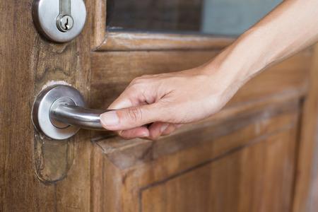 tocar la puerta: manija de sostener la mano primer plano de la puerta de madera vieja Foto de archivo