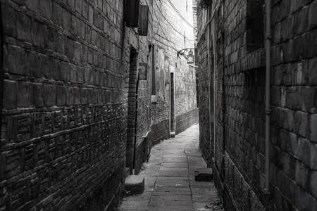 町の古い部分の暗い路地 写真素材