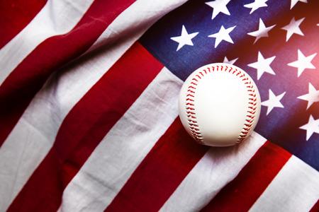 バック グラウンドでアメリカの国旗と野球