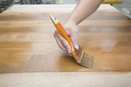 木製の家具の保護ニスを適用します。 写真素材