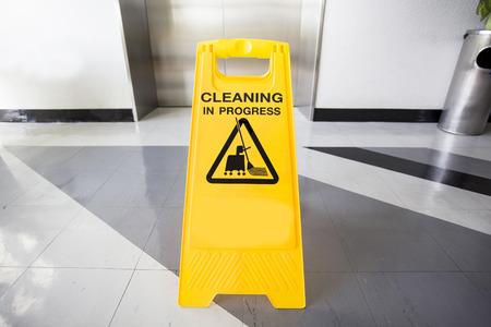 オフィスで清掃中の注意サイン