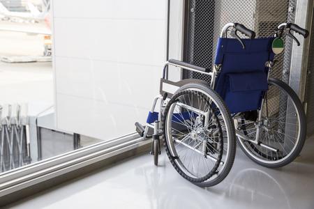 空港に駐車して空の車椅子 写真素材
