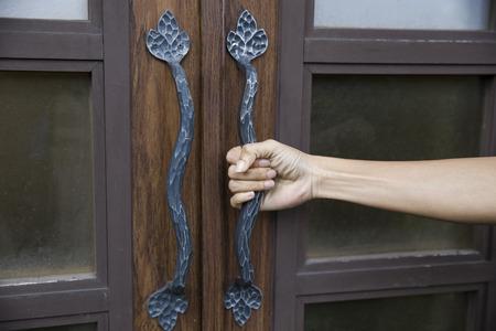 tocar la puerta: mango asimiento de la mano de la puerta de madera