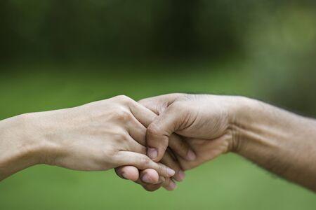 ayudando: Dar una mano de ayuda a otro