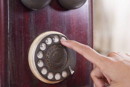 telefono antico: numeri di selezione mano umana su telefono antico