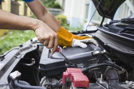 mecanico automotriz: Mec�nico comprobar el motor diariamente