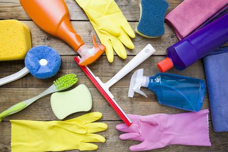 limpieza del hogar: Producto de limpieza de la casa en la mesa de madera
