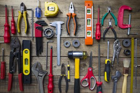 werkzeug: Alte Werkzeuge auf einem Holztisch