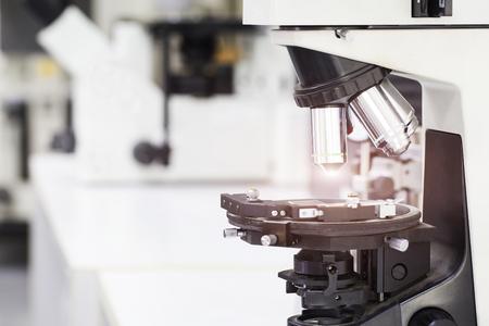 examenes de laboratorio: cerrar microscopio de laboratorio, la ciencia y la investigación concepto