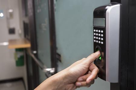 dedo: huella digital y contrase�a de bloqueo en un edificio de oficinas Foto de archivo