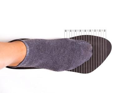 medir el tamaño del zapato en el fondo blanco