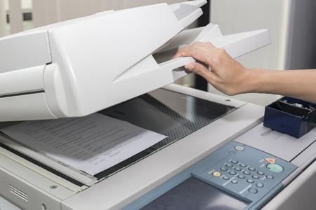 mujer abrir una fotocopiadora