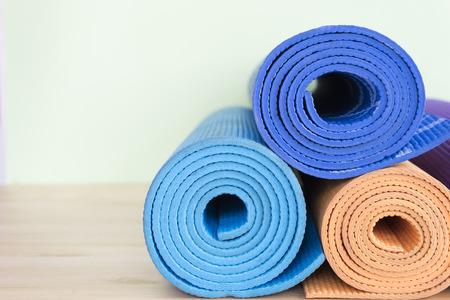 Yoga-Matten auf dem Tisch