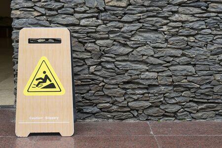 Warnzeichen für nassen Boden