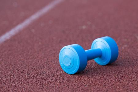 pista de atletismo: mancuerna en la pista de atletismo