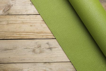 tapis de yoga sur la table en bois