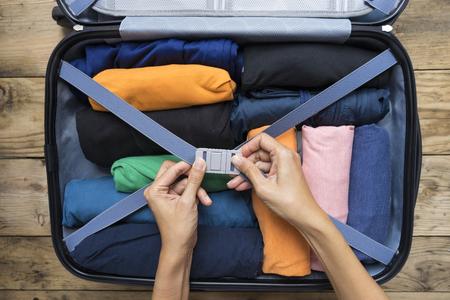 Mujer empacar un equipaje para un nuevo viaje