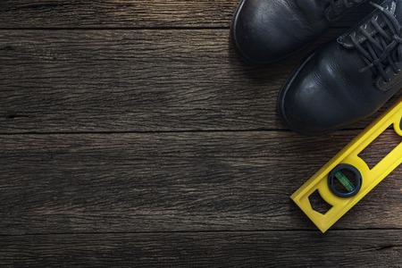 calzado de seguridad: Top zapatos de seguridad vista y herramientas de trabajo en mesa de madera