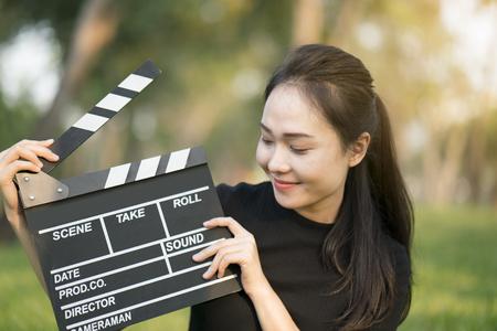 Asiatique, fille, tenue, clapper, planche, entre Banque d'images - 75981377