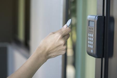 RFID タグのキーを使用してドアを開く若い女性 写真素材 - 76328717