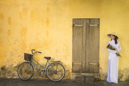 都市に身を包んだベトナムの少女