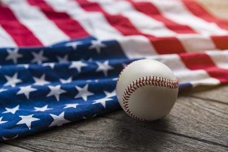 백그라운드에서 미국 국기와 야구