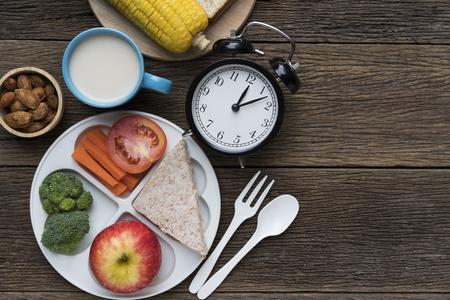 점심 시간에 자명종이있는 식사 시간 스톡 콘텐츠