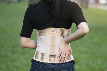 背中の筋肉のためクローズ アップ バック サポートします。 写真素材