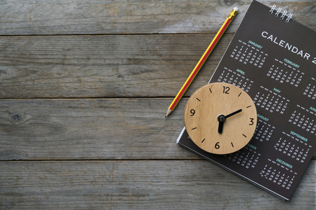 close up of clock, calendar and pencil on the table, planning for business meeting or travel planning concept Stockfoto