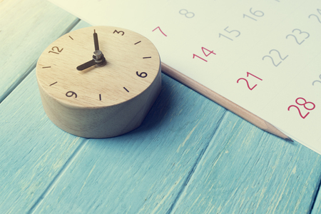 close up of calendar and clock on the table, planning for business meeting or travel planning concept Foto de archivo