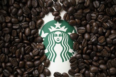 Bangkok, Thailandia - 26 agosto 2018: Una tazza di caffè Starbuck con sfondo di chicchi di caffè