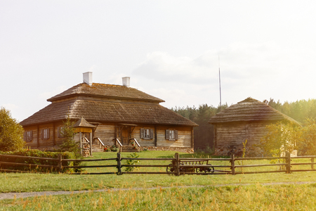 Wooden ethnic houses on rural landscape - village of birthplace of Tadeusz Kosciuszko - Kossovo, Brest region, Belarus. Banque d'images