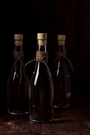 Spirituosen oder Wodka aus Weizen im Schnapsglas mit Weizenkörnern und Ähren