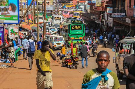 Kampala, Oeganda - 28 januari 2018: Het straatleven van de hoofdstad van Oeganda. Menigte van mensen op straat en zwaar verkeer Redactioneel