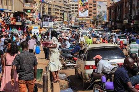 Kampala, Oeganda - 28 januari 2018: Het straatleven van de hoofdstad van Oeganda. Menigte van mensen op straat en zwaar verkeer