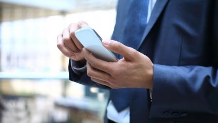 モバイルのスマート フォンを使用している人のクローズ アップ 写真素材
