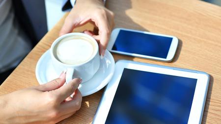 ビジネスマンの成功のワークフローの概念の現代の携帯電話の新技術とデジタル タブレット コンピューターを使用して