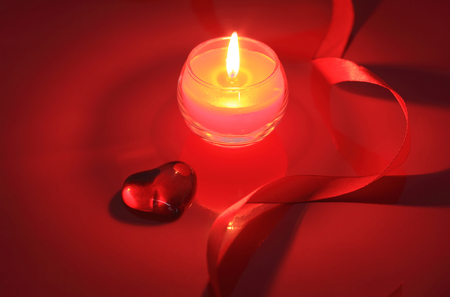 Valentine bougie sur fond rouge photo