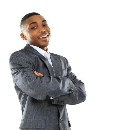 ホワイトに折り畳まれた手で幸せな若いアフリカ系アメリカ人ビジネスの男のポートレート