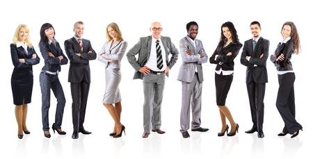 白い背景の上に立っている若いビジネスマンのリーダーと彼のビジネスのチーム結成