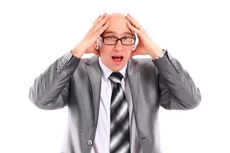 head wear: Handsome giovane imprenditore sorpresa stretta la mano sulla testa, indossare abito elegante e cravatta isolato su bianco. Archivio Fotografico