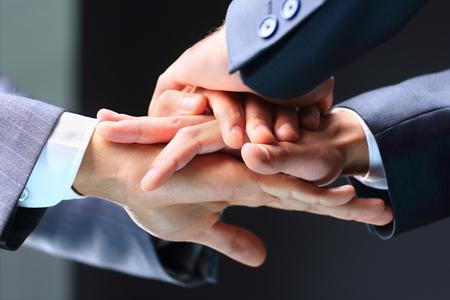 integridad: Primer plano de los socios de negocios que hacen la pila de manos en la reuni�n